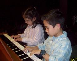 Nicole y Kevin Catino en piano....