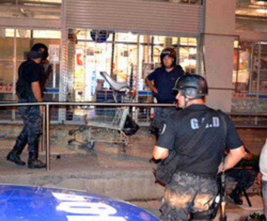 La policía local desbordada:Once años después Campana volvió a ser blanco del vandalismo y los saqueos  Saqueos en Campana:*Nos dan pan dulce y sidra o saqueamos*, amenazaron en Carrefour  En Campana:Saquean tres mercados mayoristas, ca...