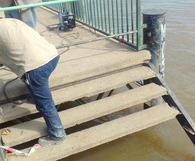 NOTICIA RELACIONADA: Cedió la escalera del muelle en Costanera: una docente cayó al agua y otra la salvó ...